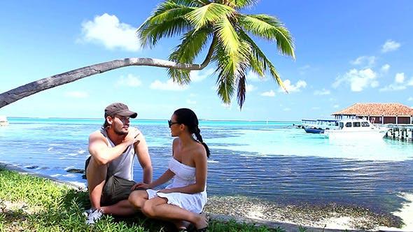 Thumbnail for Romantisches Paar Entspannung in der Nähe des Wassers