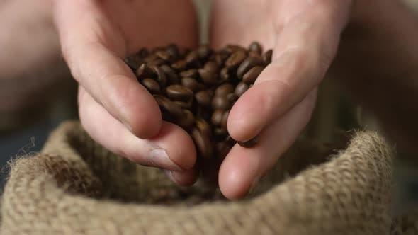 Thumbnail for Unerkennbare Person Einnahme von Handvoll Kaffeebohnen