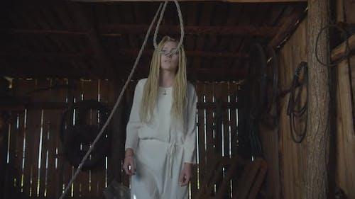 Depressive Frau Selbstmord in rustikalen Schuppen