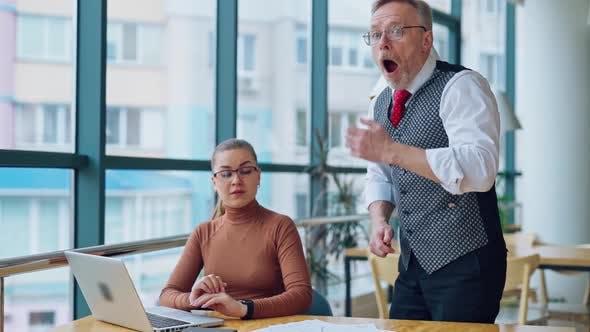 Thumbnail for Sekretärin und ihr reifer Chef im Amt