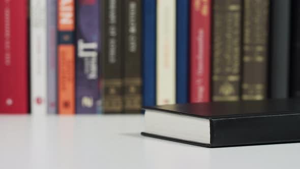 Thumbnail for Hände, die ein Buch abholen
