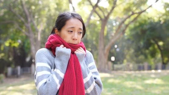 Thumbnail for Frau fühlt sich kalt in der Winterzeit