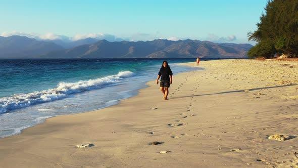 Thumbnail for Mädchen am Strand auf dem Paradies weißen Sand und blauen 4K Backgro