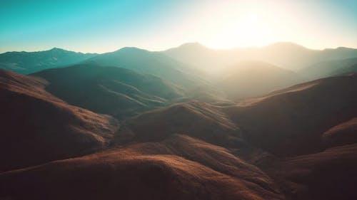 Collines avec rochers au coucher du soleil