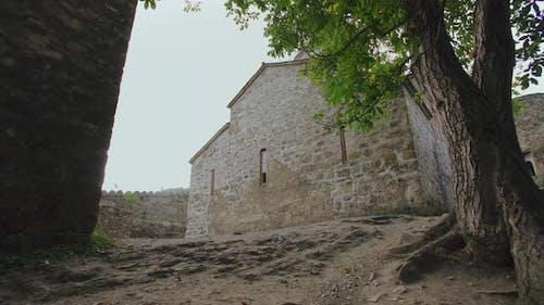 Antike defensive Mauerwerk Festung mit Türmen, Zinnen und Kloster. Verteidigungsgebäude