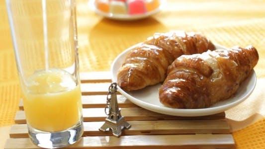 Französisches Frühstück mit Saft