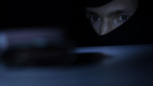 Cover Image for Criminal Stealing Wallet