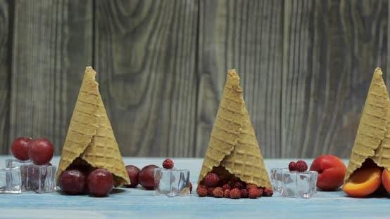 Thumbnail for Crème glacée aux baies et aux fruits. Abricot, Fraise, Raisin dans une Gaufre Cône