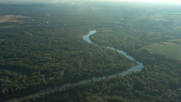 Luftaufnahme des sich windenden Flusses im Wald