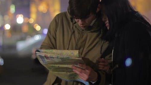 Junges Paar in der Stadt verloren und den Weg suchen, Sightseeing, Urlaub im Ausland