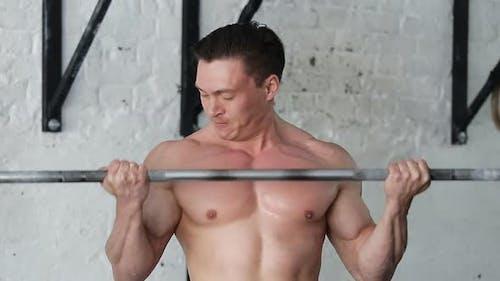 Attraktive Mann Klimmzüge auf Reck. Athletentraining mit freien Gewichten im Fitnessstudio. Crossfit