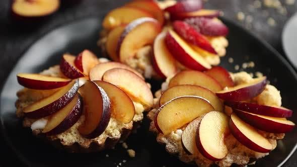 Thumbnail for Köstliche hausgemachte Mini-Törtchen mit frisch geschnittenen Pflaumenfrüchten
