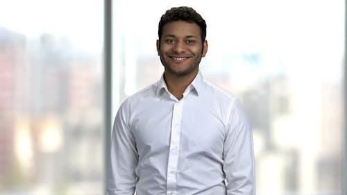 Porträt eines fröhlichen indischen Geschäftsmannes.