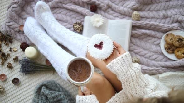Thumbnail for Frau In Stricksocken Trinken Heiße Schokolade Mit Keksen Zu Hause