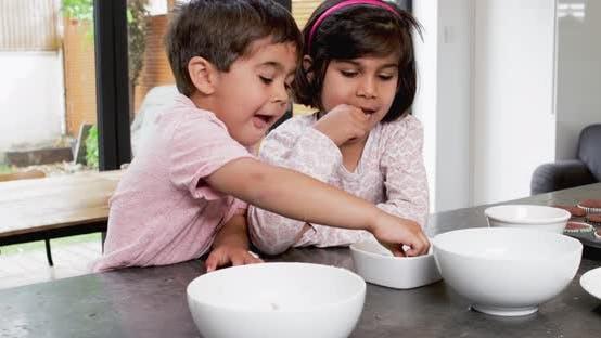 Kinder essen Süßigkeiten