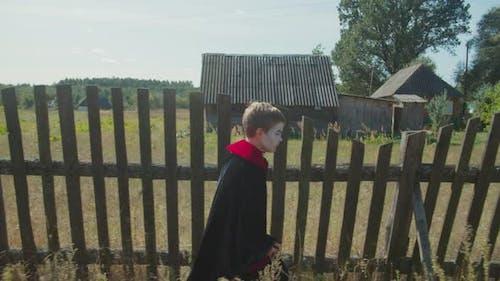 Niedlicher Junge in Halloween Kostüm gehen für Leckereien