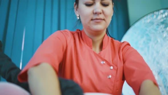 Cosmétologue gai fait vide rouleau massage au client