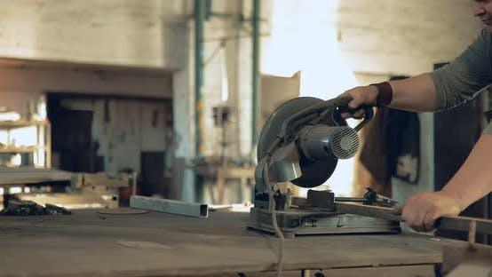 Grobschmied Sägen Metall mit einer Kreissäge