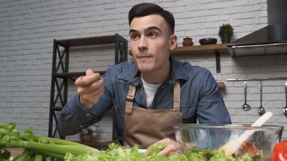 Thumbnail for Salat zu Hause kochen Glückliche Frauen essen Salat, während sie in der modernen Küche sitzen