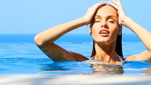 Thumbnail for Nahaufnahme Porträt von Schöne Mädchen in der Pool