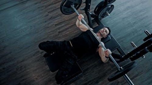 Man Bodybuilding Gewichtheben in einem Fitnessstudio Fitnesstraining