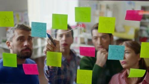 Kreative Geschäftsleute Brainstorming