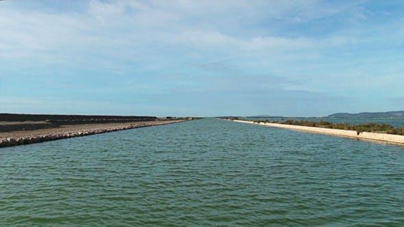 Thumbnail for Schiff Segel auf dem Kanal In der Natur