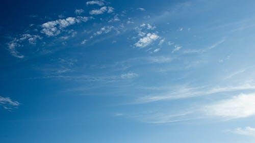 Dünne Wolken Blauer Himmel