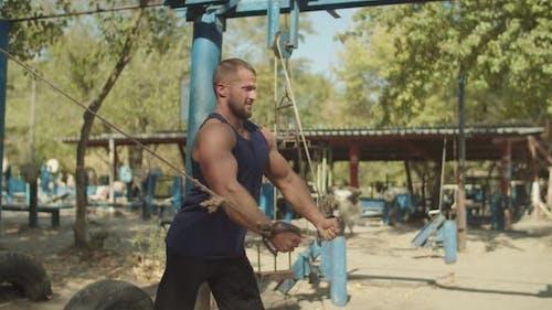 Bodybuilder Training mit Cable Crossover im Fitnessstudio