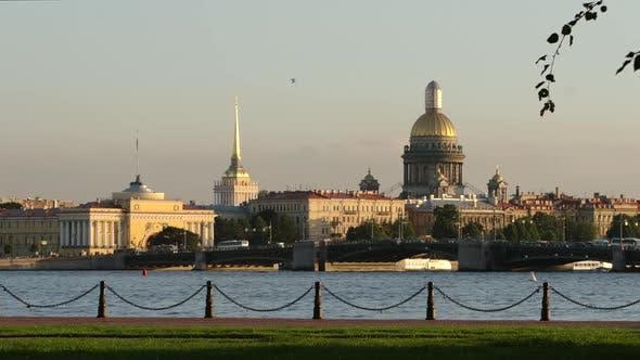 Thumbnail for Marquage de la Neva et de l'Amirauté, de la cathédrale d'Isaac et du pont du palais dans la soirée