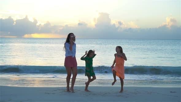 Liebenswert kleine Mädchen und junge Mutter mit Spaß auf weiß Strand, langsame Bewegung