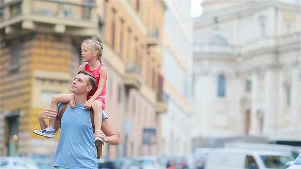 Glücklicher Vater und kleine entzückende Mädchen in Rom während Sommerurlaub Italien