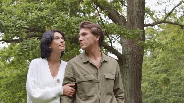 Thumbnail for Junge Mann und Frau auf Wanderung auf dem Land