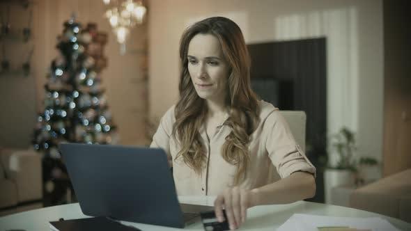 Young Woman Shopping Online bei Weihnachten Weihnachten Online Shopping