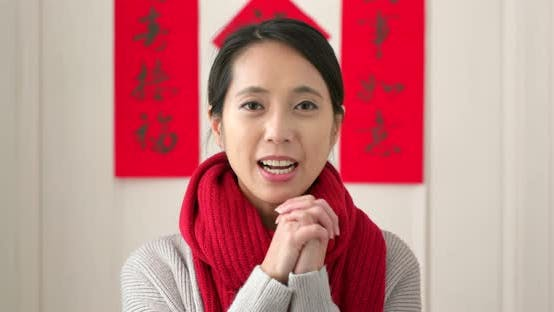 Thumbnail for Chinesische Frau mit rotem Päckchen und Segen für Glück zu Hause