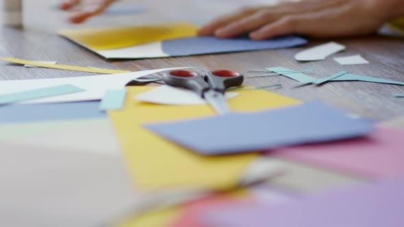 Thumbnail for Designer mit farbigem Papier und Kleber