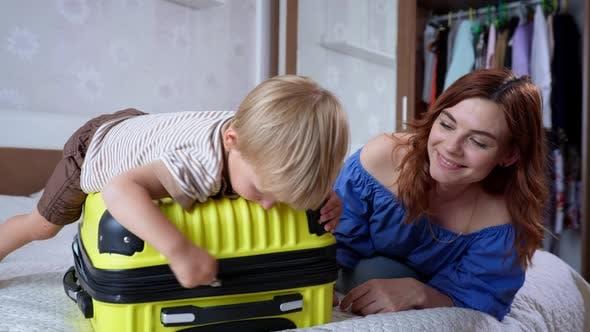 Thumbnail for Sommerurlaub, Little Cute Nettes Männliches Kind hat Spaß mit seiner liebevollen Mutter und genießt Joint
