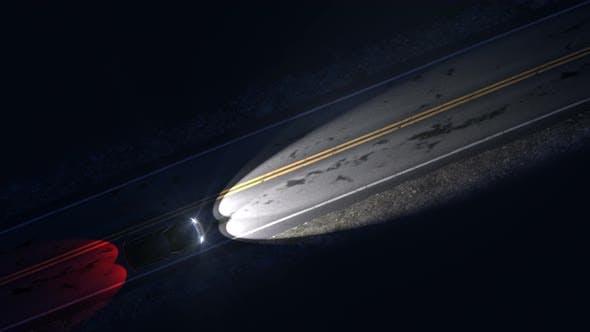 Drohne Ansicht von Auto Fahren auf einer Nacht Landstraße mit Scheinwerfer auf