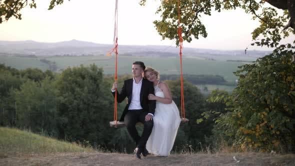 Thumbnail for Braut und Bräutigam auf einer Schaukel