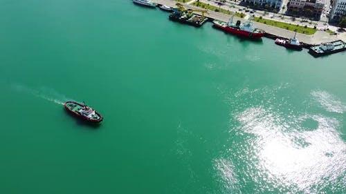 Schwimmendes Boot am Hafen