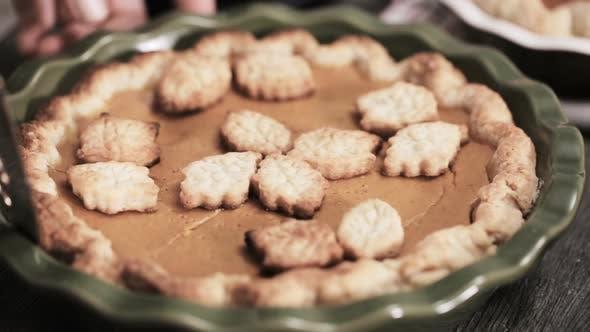 Schritt für Schritt. Schneiden frisch gebackener Kürbiskuchen