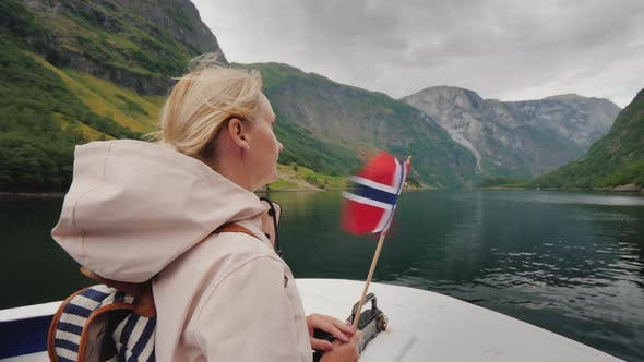 Cover Image for Active Woman with the Flag of Norway on the Bow of the Ship
