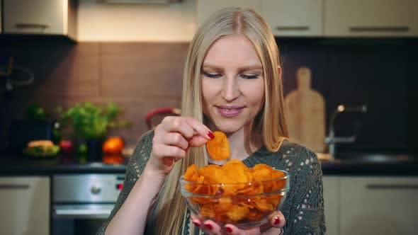 Thumbnail for Frohe Frau, die Kartoffelchips isst.