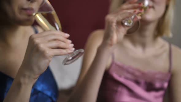 Freunde Toasting Champagner zu Hause