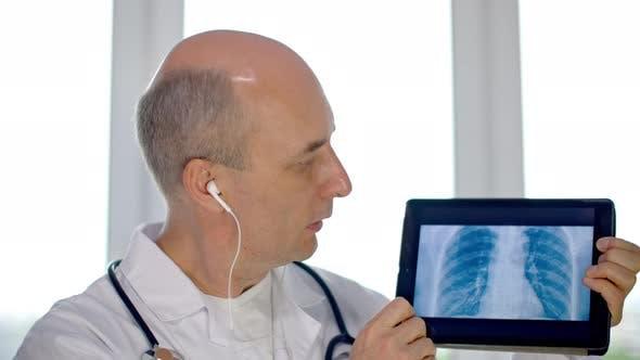 Thumbnail for Praktiker Arzt zeigt Lungen-Scan auf Tablet-Pc während Online-Konsultation mit Patienten