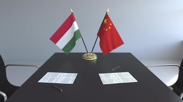 Thumbnail for Flaggen von Ungarn und China und Papiere auf dem Tisch