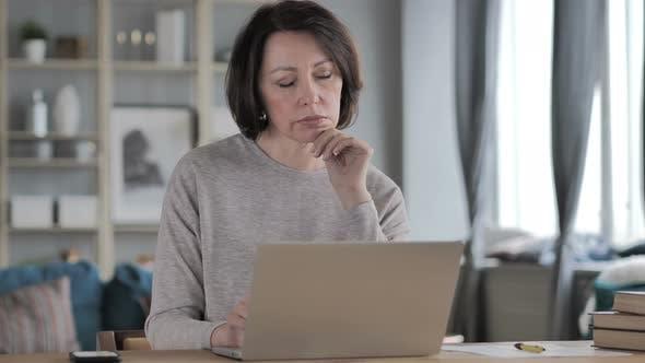 Thumbnail for Nachdenkliche alte Senior Woman Denken und Arbeiten auf Laptop
