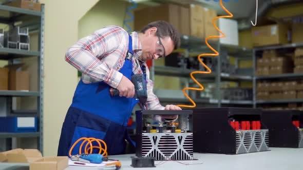 Thumbnail for Junge Arbeiter in Shirt und Overalls versammelt Elektronisch Komponenten in einer Hi-Tech-Fabrik