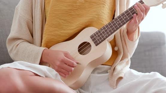 Thumbnail for Frau spielt Lied mit Ukulele