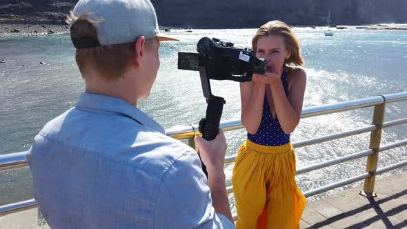 Thumbnail for Modell bläst ein Kuss Richtung Kamera dann geht weg mit Wind weht Ihr Haar